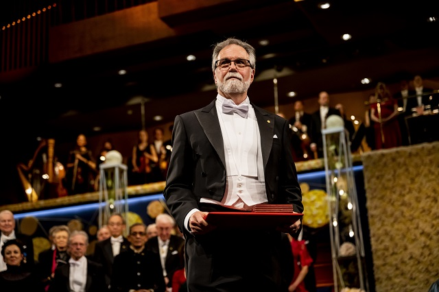 Gregg Semenza accepts the Nobel Prize