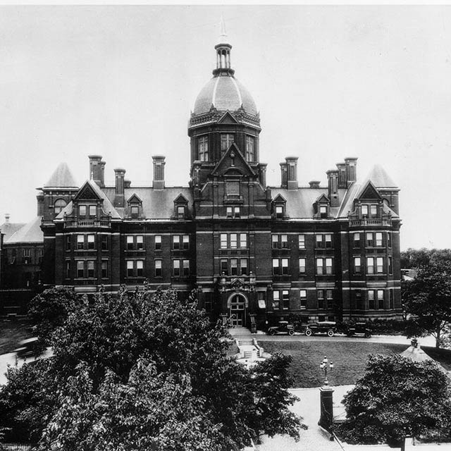 The front entrance of the Johns Hopkins Hospital in the early 1900s