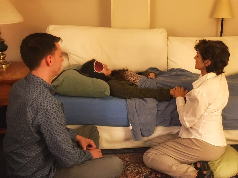 Medical guided session - Person on couch and two sitting on the floor