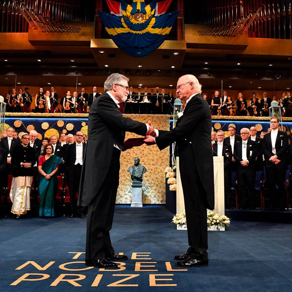Gregg Semenza accepts the Nobel Prize from King Carl XVI Gustaf of Sweden